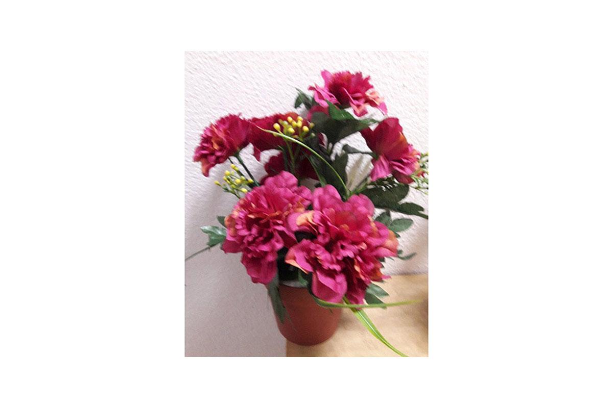 Azalky v plastovém květináči, umělá květina,  barva vínová