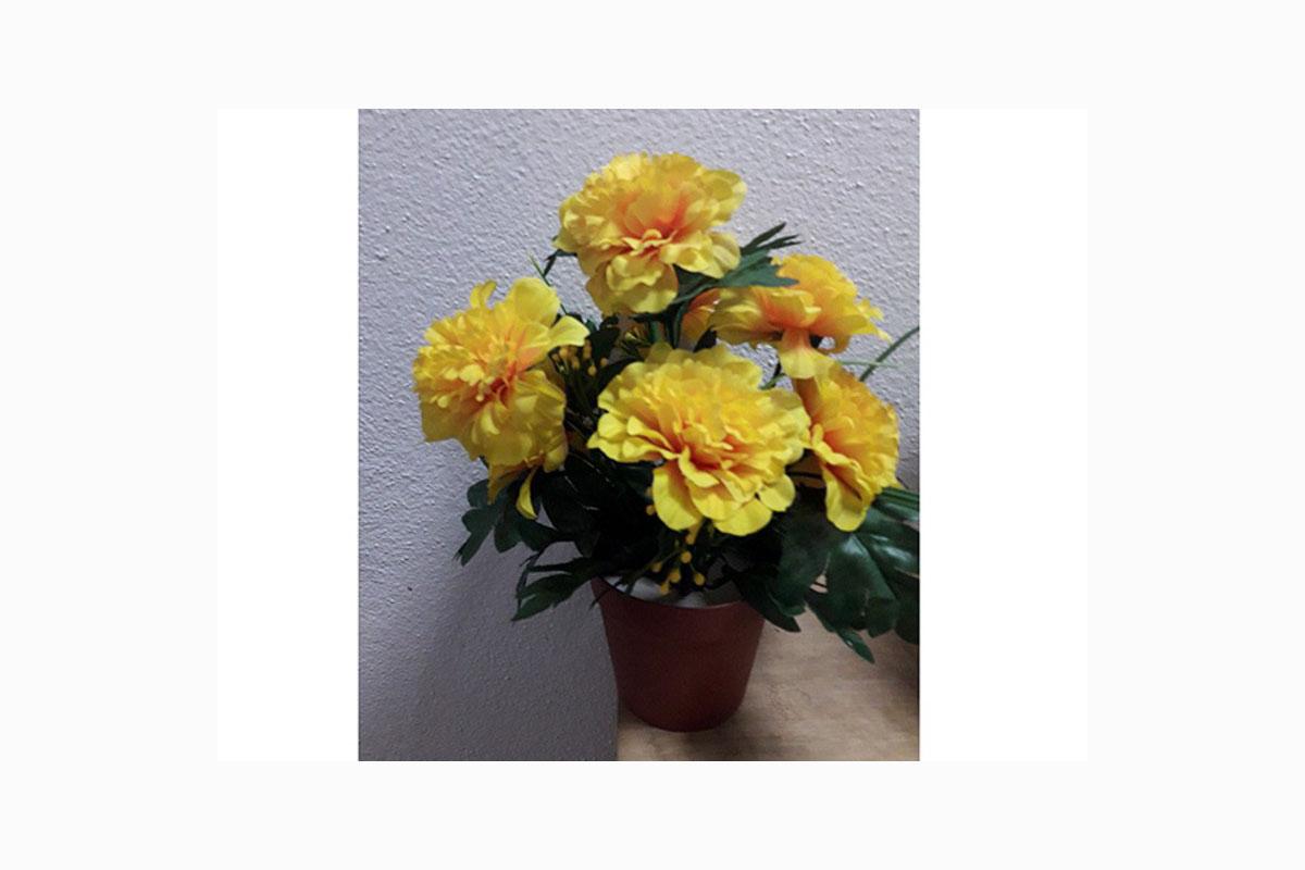 Azalky v plastovém květináči, umělá květina,  barva žlutá