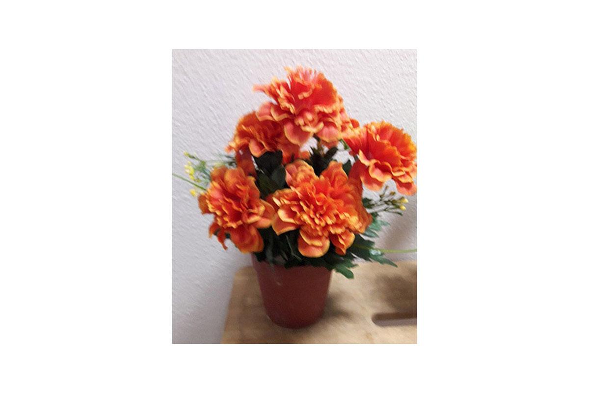 Azalky v plastovém květináči, umělá květina,  barva oranžová