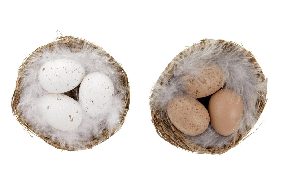 Vajíčka v hnízdě. Přírodní barva.