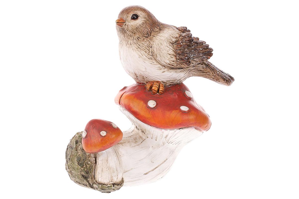 Ptáček sedící na červené houbě. Polyresin.