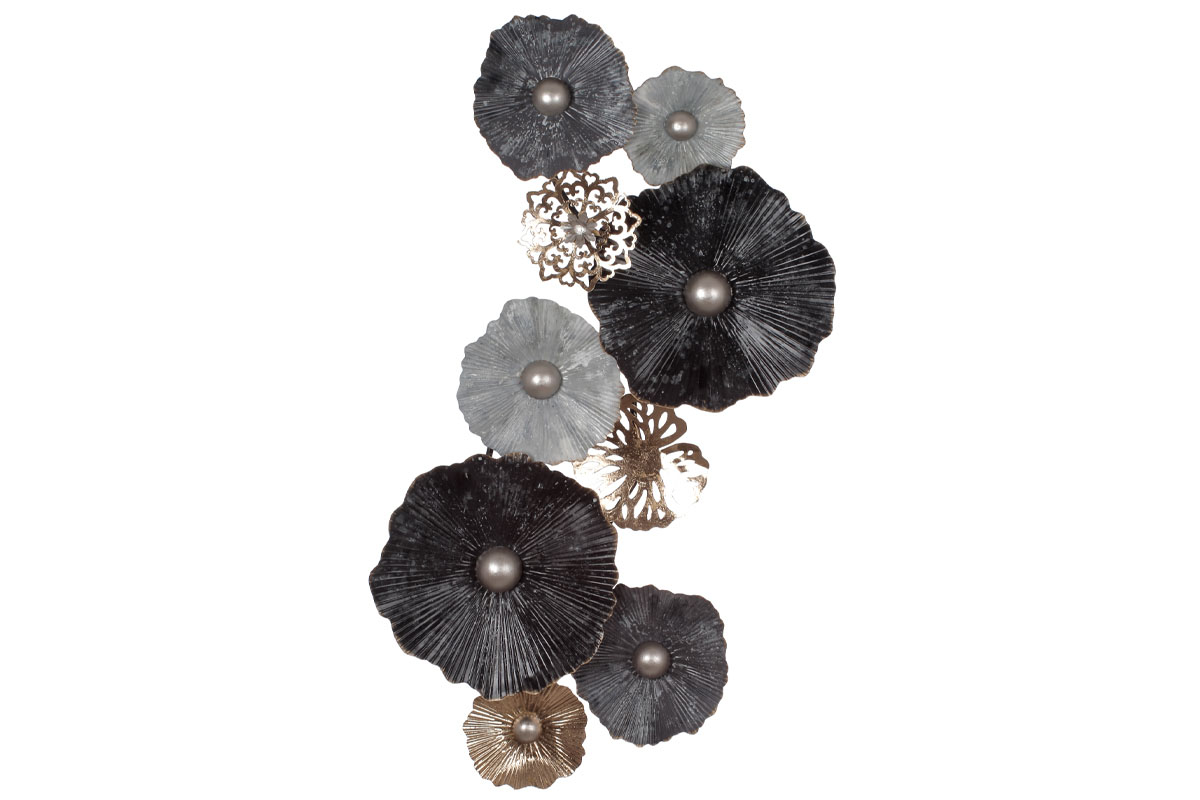 Kovová nástěnná dekorace s dekorem květin