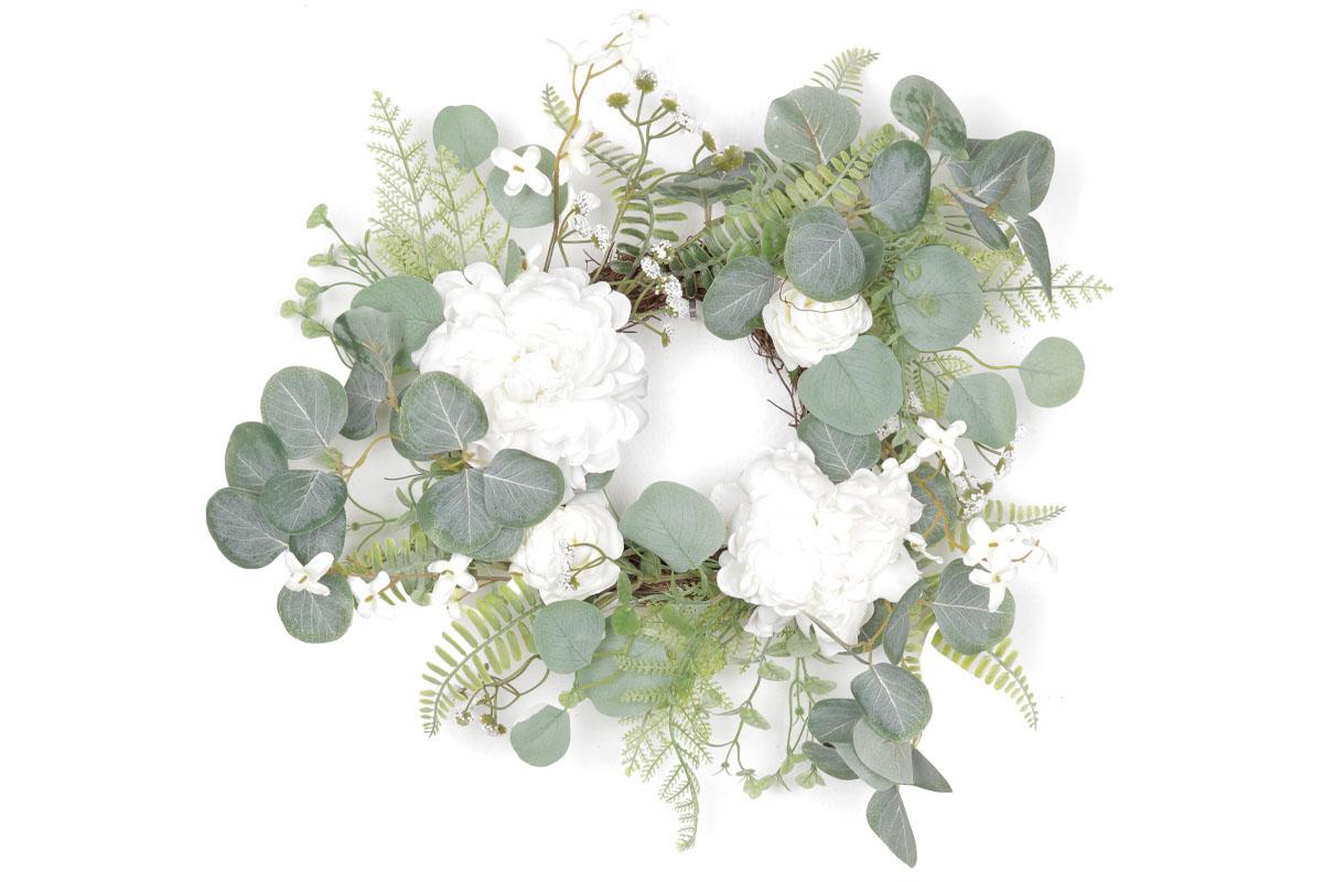 Věnec z proutí ozdobený umělými květinami