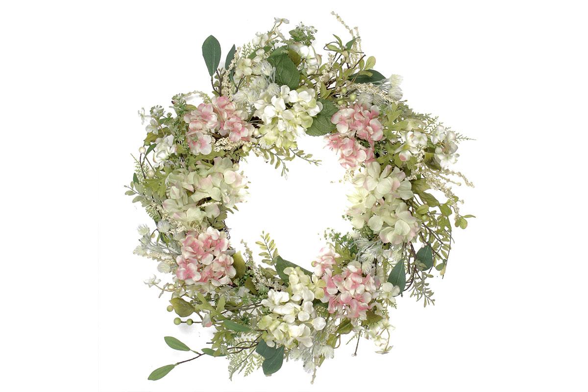 Věnec květinový - hortenziový, s proutěným základem.