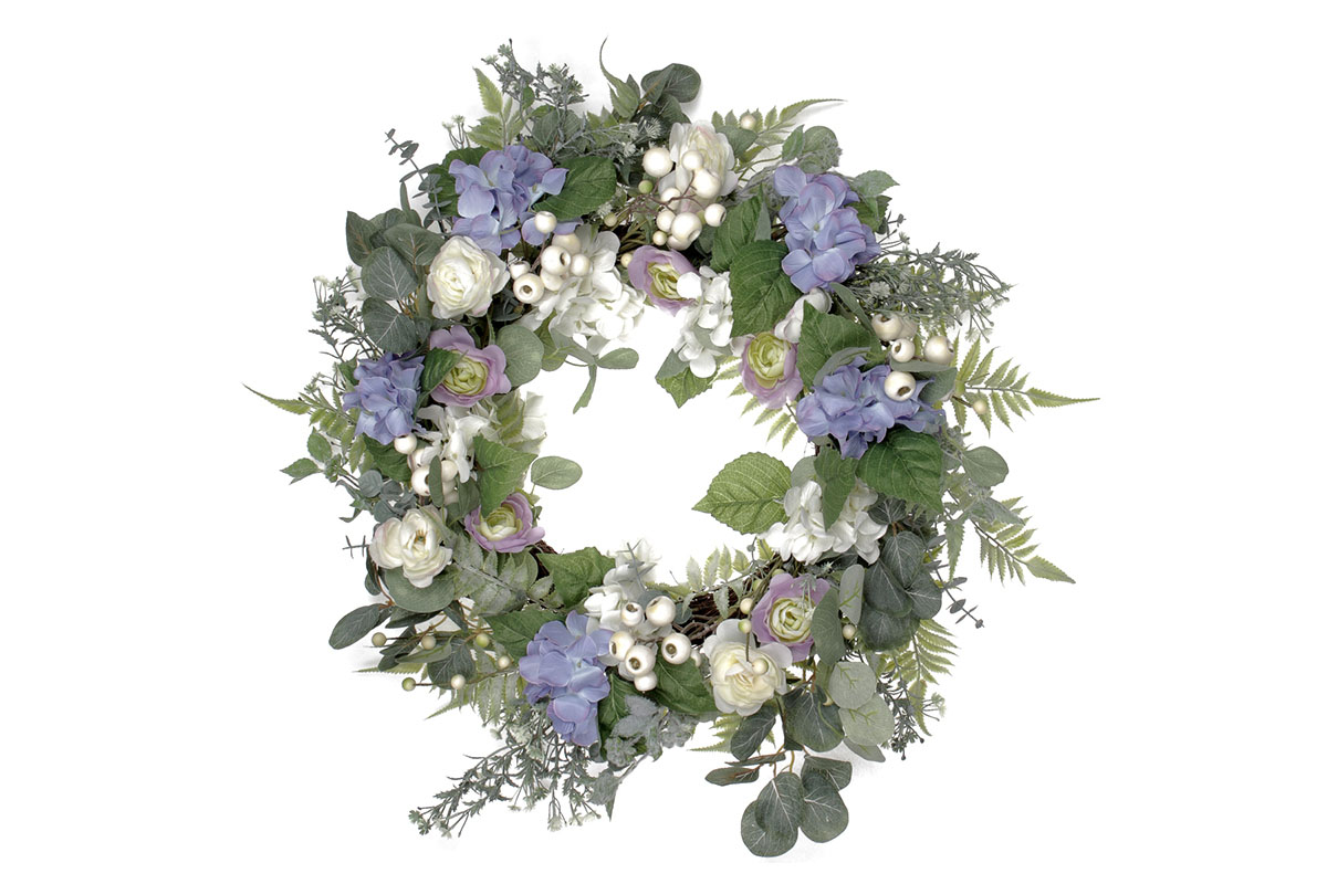 Věnec květinový - hortenzie a ranunkulus, s proutěným základem.