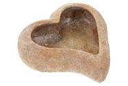 Obal na květiny betonový, tvar prohnutého srdce s dekorem korálu