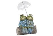 Žáby v pláštěnce na kládě. Polyresinová dekorace.