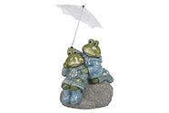 Žáby v pláštěnce na kameni. Polyresinová dekorace.