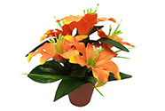 Lilie v plastovém květináči, barva oranžová. Květina umělá.